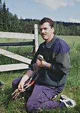 Göran Nord med en nymärkt trana i trakten av Tranemo 1998.